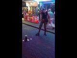 Уличный фокусник в Паттайе в Таиланде...Суперрр